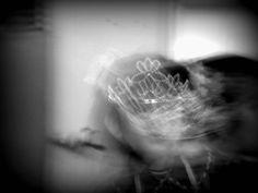"""Título: """"Estres""""  Motivos por el que no se ve el rostro: esta fotografía quiere representar el estres que siente alguien por sus responsabilidades, imaginándolas como una gran boca amenazante que quiere devorarla, por un exceso de demandas y a la vez, la persona huye negando, en un estado de confusión. Método para conseguirlo: foto en movimiento y editada en picassa."""