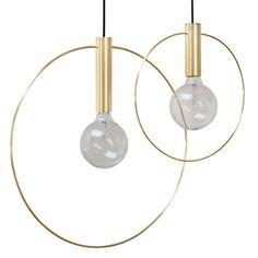De Ilona hanglamp is trendy en modern. Door zijn gouden kleur perfect als opvallend item in je interieur. De hanglamp heeft een grote en kleine variant, waardoor ze leuk zijn om samen op te hangen. Daarnaast natuurlijk ook mogelijk als individueel item.