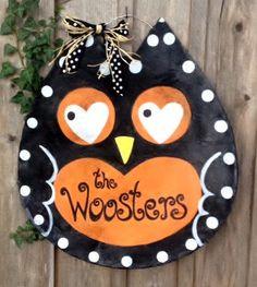 Screen Fall Halloween Owl Door Hanger Wreath Black by doornament Halloween Canvas, Halloween Owl, Halloween Items, Halloween Signs, Halloween Crafts, Owl Door Hangers, Burlap Wall Hangings, Aluminum Screen Doors, Fall Owl