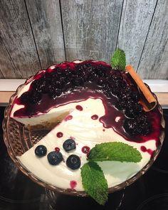 """Amor Em Castelo on Instagram: """"Podemos gabar-nos? 😂 Sim, está tão bom quanto parece e o melhor de tudo é que é super leve e com pouco açúcar. Cheesecake de mirtilos…"""" Tao, Acai Bowl, Cheesecake, Breakfast, Desserts, Instagram, Castle, Dessert Food, Acai Berry Bowl"""