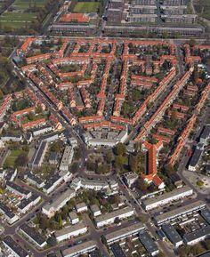 Onder op de foto Betondorp, Amsterdam 1923-1928 (woningbouw betonexperimenten)