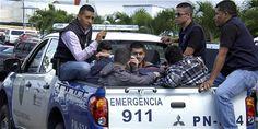 Policías hondureños custodian a cinco ciudadanos sirios detenidos en el aeropuerto de Tegucigalpa. Tenían pasaportes falsos. AFP