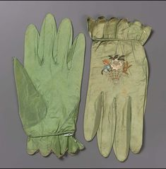 Late 18th or early 19th century, Europe - Pair of women's gloves - Silk; taffeta