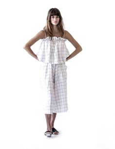 CROPPED LINEN TOP. ELASTIC BACK WITH THIN COTTON STRAPS. BLACK AND WHITE CHECK. 100% LINEN. MODEL WEARS SIZE 8(Garment is full bodied) *worn withlenin culotte in check.