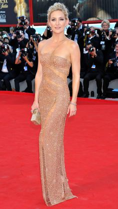Kate Hudson in a gold beaded Atelier Versace dress - click through to see more of the best Venice Film Festival fashion ever Celebrity Red Carpet, Celebrity Look, Celebrity Dresses, Elegant Dresses, Nice Dresses, Club Dresses, Prom Dresses, Glamorous Dresses, Actrices Sexy