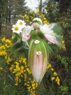 Daisy Gänseblümchen Fee, Jahreszeitentisch, Wolle  von filzweiber auf DaWanda.com