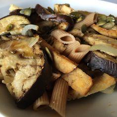 Macarrones integrales de espelta con berenjena y tempeh al horno en el Lekue y semillas de calabaza.