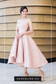 A kényelmetlen, nehéz menyasszonyi ruhát sok menyasszony a buli kezdete előtt rövidebb menyecskeruhára vagy alkalmi ruhára cseréli, amiben felszabadultan táncolhat. A hagyomány szerint piros ruhát szokás választani, de manapság már bármi megengedett. Válassz olyan színű, anyagú és fazonú ruhát, amiben a legjobban érzed magad, legyen szó rózsaszínről, fehérről, sötétkékről vagy éppen egy feltűnő mintás darabról. #esküvőidivat #menyasszonyiruha #menyecskeruha #esküvőiötletek High Low, Dresses, Fashion, Vestidos, Moda, Fashion Styles, Dress, Fashion Illustrations, Gown