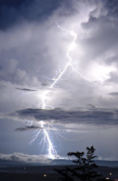 Lightning Photography, Mother Images, Wild Weather, Twisters, Lightning Storms, Aesthetic Photography Nature, Mother Nature, Awesome, Amazing