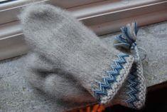 Modern interpretation of Swedish traditional Lovikka mittens Mittens Pattern, Knit Mittens, Knitted Gloves, Knitting Needles, Baby Knitting, Knitting Projects, Knitting Patterns, Textiles, How To Start Knitting
