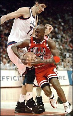Gheorghe Muresan vs Michael Jordan. Dude, that guy s is literally a giant