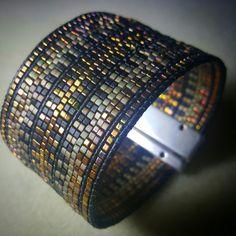 Manchette Tissée en perles de Miyuki Cube et Cuire Noire et Or. : Bracelet par zazaboo
