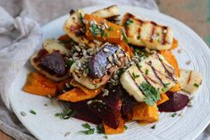 Beetroot, pumpkin haloumi salad, is delicious and looks just as impressive as a restaurant dish. It has enough gorgeous ingredients to make everyone happy Halloumi, Pumpkin Salad, Clean Eating, Healthy Eating, Healthy Cooking, Vegetarian Recipes, Healthy Recipes, Brunch, Pizza