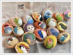 くるカラピンクッション Felted Wool Crafts, Felt Crafts, Wet Felting, Needle Felting, Walnut Shell Crafts, Waldorf Crafts, Donia, Pine Cone Crafts, Felt Birds