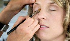 1099838_bride_getting_make-up_done  Ragazze, regalo un favoloso report sulla cosmesi nautrale www.makeupnaturale.com siamo anche su fb