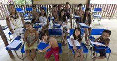 Crianças da comunidade Satere Mawe em uma escola indígena em Manacapuru, no Amazonas. A foto faz parte de um ensaio divulgado nesta quarta (30) pela agência Reuters. Ao todo, são 47 imagens de salas de aula em diferentes países. Elas fazem parte de uma ação para o Dia dos Professores e mostram as condições de trabalho de docentes em diferentes lugares do mundo