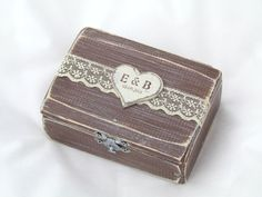 Gregolino - ring box design Wedding ring box in charming rustic finish, an essential detail for a perfect wedding day. Beige with brown color combination, cute linen pillow inside, personalized heart on the box cover ... small details that makes this wedding ring box so special!