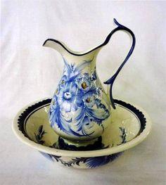 Lote3999 - Jarra e bacia de faiança Alcobaça, jarra (com pequena falha) e bacia com motivo de flores em tons de azul e branco, - Current price: €15
