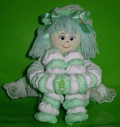 Bonecas feitas de fuxico - Pesquisa Google Burlap Crafts, Xmas Crafts, Baby Doll Carrier, Kids Food Crafts, Fruit Animals, Diy Toys, Fabric Dolls, Hobbies And Crafts, Handmade Toys