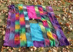 Colorful poncho made of knitted and crocheted strips. Värikäs kaitaleponcho, puoliksi neulottu, puoliksi virkattu.