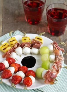 Snack: a skewer with mozzarella, without tomato via BrendaKookt. Recipes Appetizers And Snacks, Snacks Für Party, Appetizers For Party, Tapas, I Love Food, Good Food, Yummy Food, Dutch Recipes, Gourmet Recipes