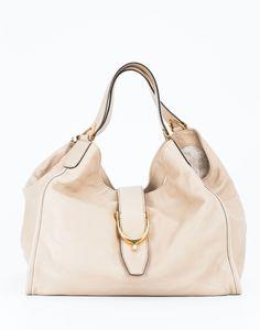 Borsa a mano GUCCI in pelle colore beige, MADE IN ITALY,chiusura a cinta, interno foderato chiaro con logo GUCCI e tasca a zip, manici.