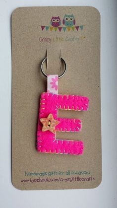 Handsewn Initial Felt Keyring / Bag Charm by xCrazyLittleCraftsx - Ideas In Crafting Easy Felt Crafts, Felt Diy, Crafts To Make, Sewing Projects For Kids, Easy Craft Projects, Felt Projects, Fabric Crafts, Sewing Crafts, Felt Keychain