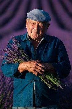 Joe McNally photo of an old farmer, in a field of lavender, holding lavender, smiling Photography Tips, Fashion Photography, Old Faces, Lavender Fields, Portrait Photo, Farmer, Storytelling, Sculpting, Laughter