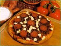 Pizza Focosa  Adagiate i fagioli, accomodate fette di salamino piccante, distribuite la mozzarella a cubetti. Cuocete in forno a 220 'C per 20 minuti. Servite con olio al peperoricino a parte. Impasto: Classico, Rivestimento: Fagioli rossi secchi, 250g Polpa di Pomodoro, 100g Salame Piccante, 200g Mozzarella vaccina, 250g Mezza Carota Mezza cipolla Una costa di sedano 2 Spicchi d'aglio Peperoncino in polvere Olio di oliva Olio di oliva al peperoncino. Buon appetito!