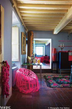 """Muy por encima del Mediterráneo, diseño consultor Stephan Hamel burbujas casa con alfombras antiguas más salvajemente estampadas y muebles de diseño vanguardista como el diseño de la silla """"Anemone"""" esta rosa fluor por los hermanos Campana.  De """"Fun House"""", una historia en la página 150 de la revista Vogue Living noviembre / diciembre de 2010.  Fotografía por Paul Barbera."""