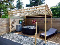 Discover the best bamboo pergola kits. Buy your Bamboo Pergola Moso 3 x 4 m at Bamboo Import Europe. Pergola D'angle, Small Garden Pergola, Corner Pergola, Pergola Attached To House, Pergola With Roof, Cheap Pergola, Patio Roof, Backyard Patio, Small Patio