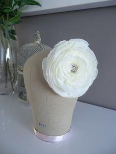Une magnifique fleur de soie ivoire, strassée en son coeur et montée sur un peigne. Birdal hair flower, bridal flower hair comb, bridal flower pin