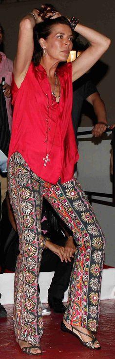 Carolina en un concierto rock de Iggy Pop: pantalones con aire hippie y cadenas, pulseras, anillos...