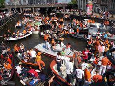 Amsterdamse grachten tijdens Koninginnedag