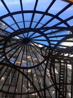 Blick in den strahlend blauen Himmel an einem großartig warmen Sommertag: Unter der Kuppel im #Levantehaus.