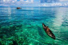 SABAH, MALAISIE Le grand Jacques Cousteau lui-même a dit de l'archipel Semporna, dans le Sabah, qu'il s'agissait d'un des meilleurs endroits où faire de la plongée dans le monde. Ici, vous pouvez nager avec les tortues de mer et des bancs de poissons colorés, avec comme toile de fond les jolis bateaux aux couleurs vives des pêcheurs locaux.