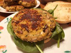 Halloumi- och linsburgare med solroskärnor Halloumi, Dessert For Dinner, Salmon Burgers, Turkey, Meat, Ethnic Recipes, Desserts, Food, Tailgate Desserts