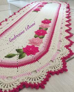 Passadeira com flores Crochet Table Runner, Crochet Tablecloth, Crochet Doilies, Crochet Flowers, Crochet Stitches, Crochet Girls, Easy Crochet, Crochet Toys, Doily Patterns