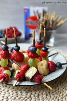 Mikado-Obst-Spieße Experimente aus meiner Küche: Mikado-Obstspieße Related posts: Sweet mini burgers on Mikado skewer to the evening of the series Buffet Dessert, Party Buffet, Party Finger Foods, Snacks Für Party, Tv Snacks, Finger Food Desserts, Breakfast Desayunos, Fruit Skewers, Dessert Aux Fruits