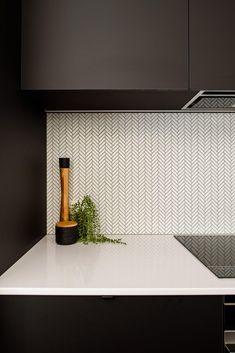 White mosaic herringbone tiles with black grout Add interest to your kitchen with a splashback using Black Splashback, Kitchen Splashback Tiles, Kitchen Mosaic, White Kitchen Backsplash, Splashbacks For Kitchens, Splashback Ideas, Mosaic Tiles, White Tiles Black Grout, White Herringbone Tile