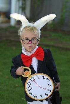 easy Halloween Costume - Alice in Wonderland White Rabbit Costume World Book Day Costumes, Book Week Costume, Alice In Wonderland Birthday, Alice In Wonderland Tea Party, Diy Halloween Costumes For Kids, Halloween Kostüm, Rabbit Halloween, Halloween Clothes, Costumes Kids