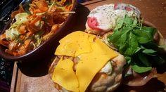 Pechugas de pollo a la pizza a la parrilla con ensalada de hinojo y zanahoria