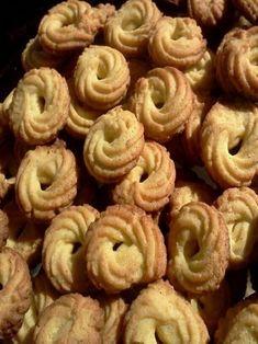 Ingredientes 200 g de manteiga 200 g de açúcar 2 ovos 1 pitada de sal 1 colher (chá) essência de baunilha 1 colher (sopa) de raspas de limão ou erva doce 200 g de farinha de trigo 200 g de farinha de milho (fubá) 1 colher (chá) de fermento em pó AS MELHORES RECEITAS DE … Portuguese Desserts, Portuguese Recipes, Annie's Cookies, Baker Cake, Homemade Tortillas, Cookie Crumbs, Sweet And Salty, Food Hacks, Sweet Recipes