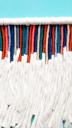 Add a pop of color to your space with this handmade bohemian-style yarn wall hanging! home decor videos boho room decorations Brushed Yarn Wall Hanging Macrame Wall Hanging Diy, Macrame Art, Macrame Projects, Weaving Wall Hanging, Loom Weaving Projects, Crochet Wall Hangings, Handmade Wall Hanging, Wall Hanging Crafts, Weaving Yarn