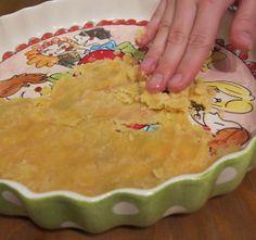 Paleo deeg. Voor quiches en taart. 1 cup kokosmeel 1/2 cup kokosolie, gesmolten 2 eieren snuf zout taartvorm