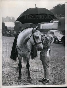 1958 Press Photo Angel Wells shelters her pony on rainy day, Brighton Horse Show