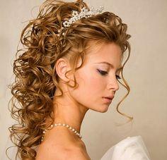 A félig feltűzött, göndör haj klasszikus menyasszonyi frizura.