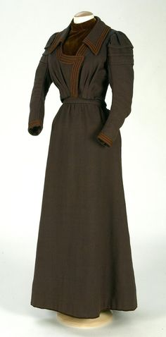 "Dress, wool twill woven in light and dark brown, 1890-1899. Silk velvet borders on bodice. Front hook closure. Flared skirt with gathers in back forming the ""S"" silhouette characteristic of Art Nouveau. Textile Museum and Documentation Center of Terrassa"