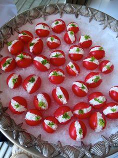 Mini tomates, com recheio de ricota, adoro, sobre um mar de sal grosso, e um toque de manjericão! O sal grosso faz toda a diferença, é o detalhe que faz o aperitivo virar um must! O tomatinho já sai da travessa temperado! É prático, é simples, fácil de fazer, e não engorda ( pouco, pelo menos…)!                                                                                                                                                                                 Mais