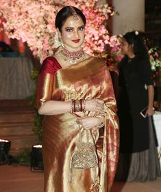Rekha at the wedding reception of stylist Shaina Nath, daughter of celebrity manager Rakesh Nath, in Mumbai. Rekha Saree, Banarsi Saree, Kanjivaram Sarees, Silk Sarees, Saree Draping Styles, Saree Styles, Saris Indios, Rekha Actress, Designer Sarees